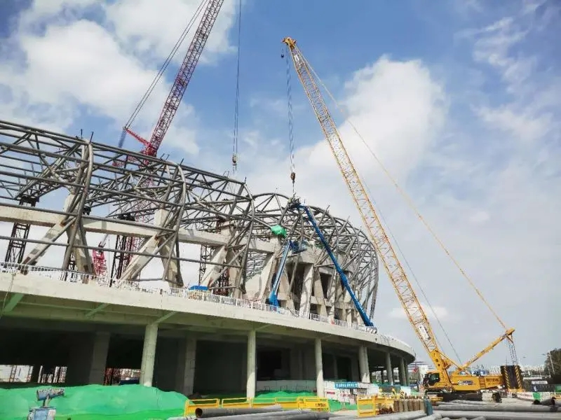 The main truss of the roof of the Tangshan New Sports Center project is completely hoisted