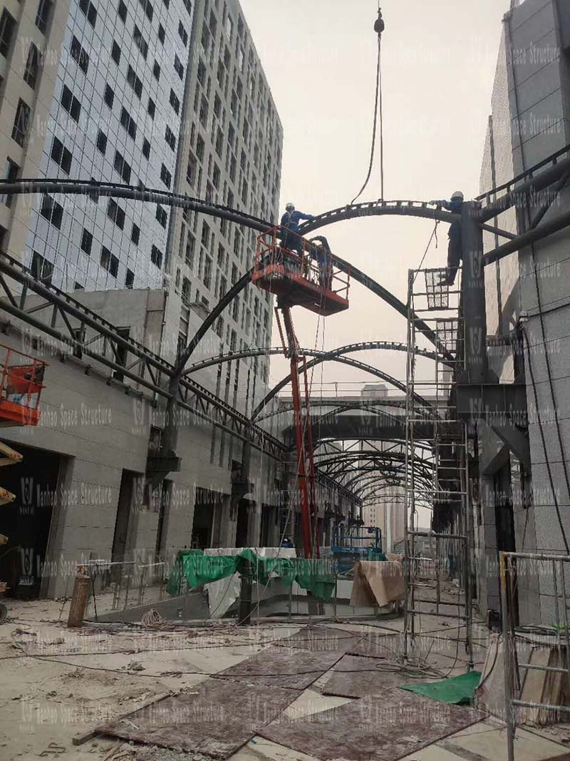 The hoisting of the membrane structure project of Xintai Excellence·Fortune Plaza is nearing completion