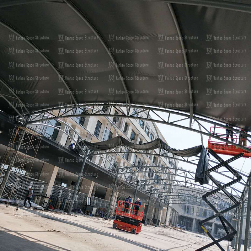 Fenghua Fangqiao agricultural and sideline steel structure canopy project entered the membrane installation stage